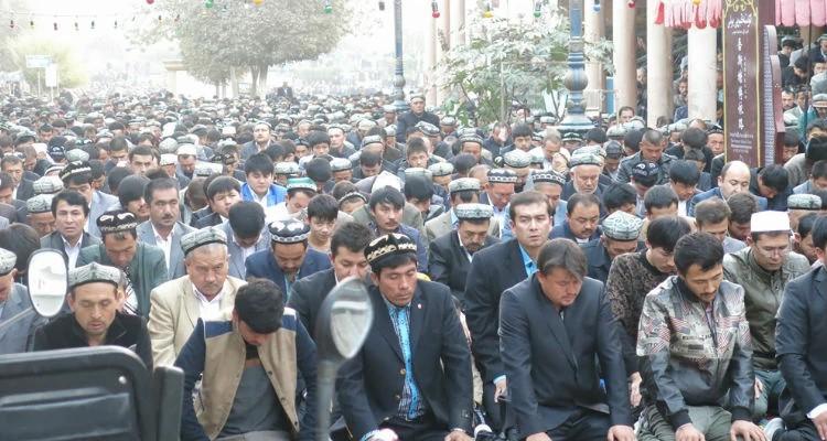 Em sua maioria muçulmanos, uigures se reúnem na China para orar a Alá