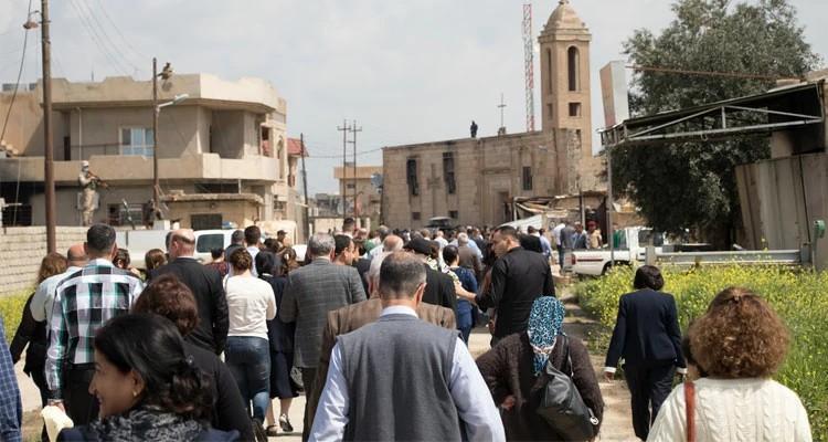 Cristãos iraquianos caminhando para a igreja para celebrarem a Páscoa