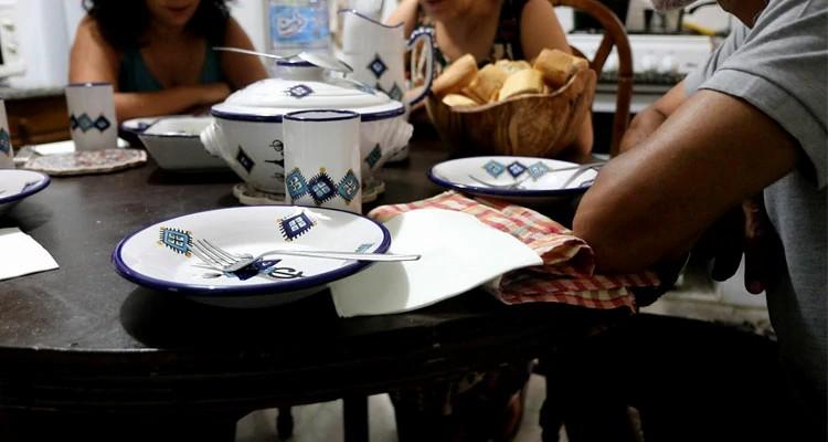 Momento da refeição após o culto doméstico na casa de Sofia
