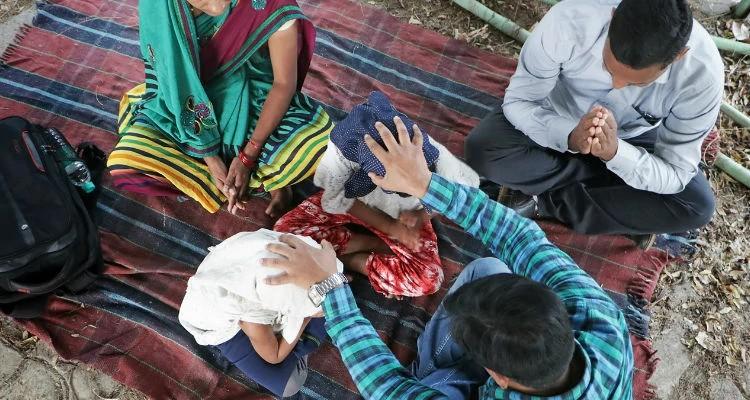 Abishek ora com família de cristãos perseguidos na Índia e é encorajado pela fé deles