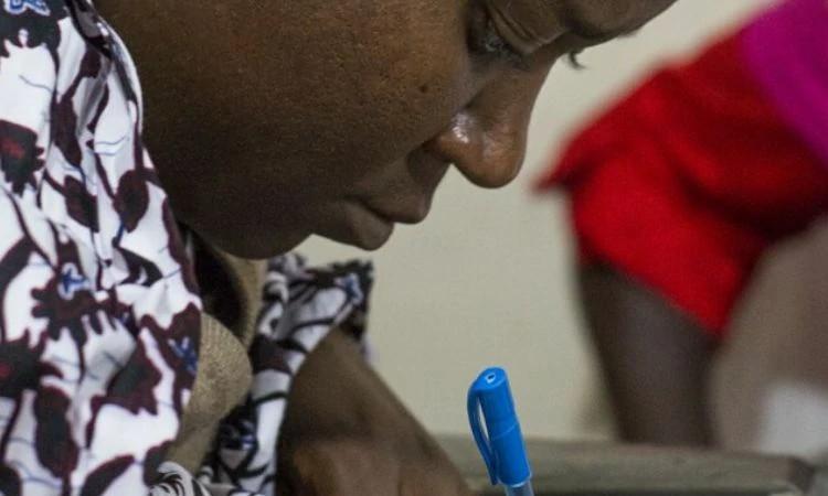 Após perder o marido em ataque extremista, Victoria recebe encorajamento na Nigéria