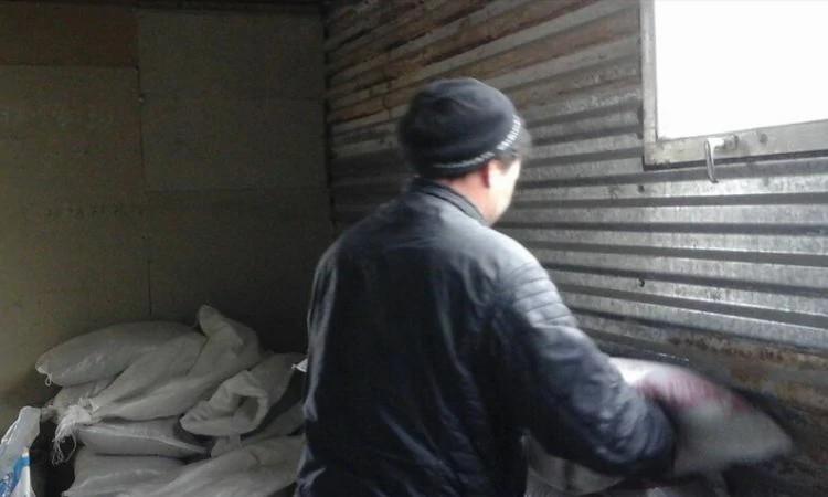 Victor pastoreia pessoas e vende alimentos para animais em loja na Ásia Central