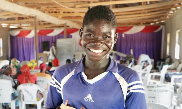Madeng se alegra em saber ler a Bíblia na Nigéria