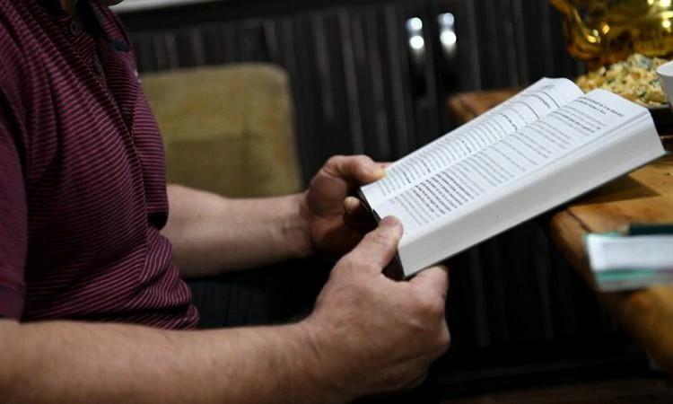 Após conversão, cristão ex-muçulmano viaja com esposa pelos vilarejos para levar o evangelho