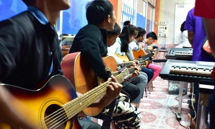 Jovens cristãos de várias regiões foram convidados a aprender música e depois devem ensinar outros na igreja local