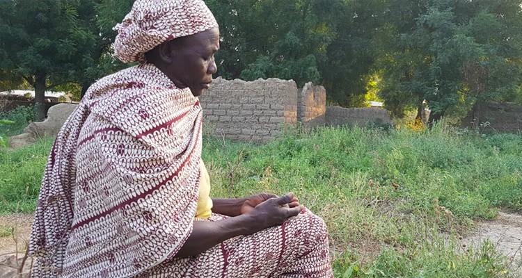Madeleine é uma cristã em Camarões que perdeu o marido e o filho em ataques de militantes islâmicos