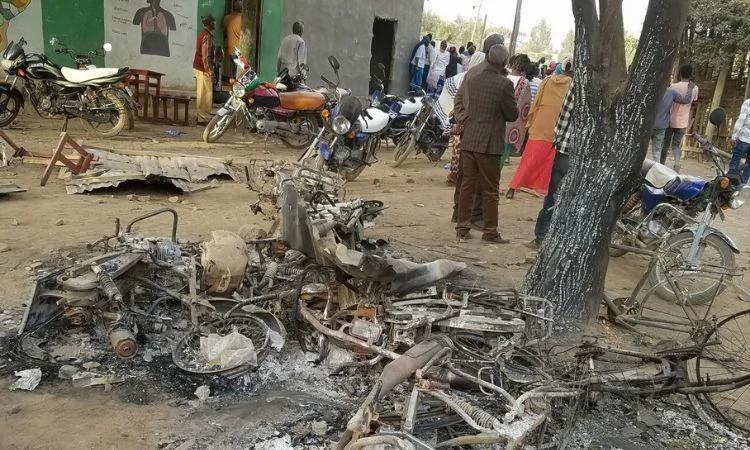 Os radicais têm costume de incendiar tudo o que possa pertencer aos cristãos, como já fizeram em ataques anteriores