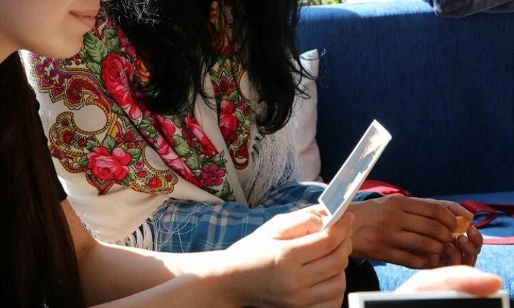 Jamila lê cartão enviado por parceiro da Portas Abertas e descobre que há cristãos orando por ela