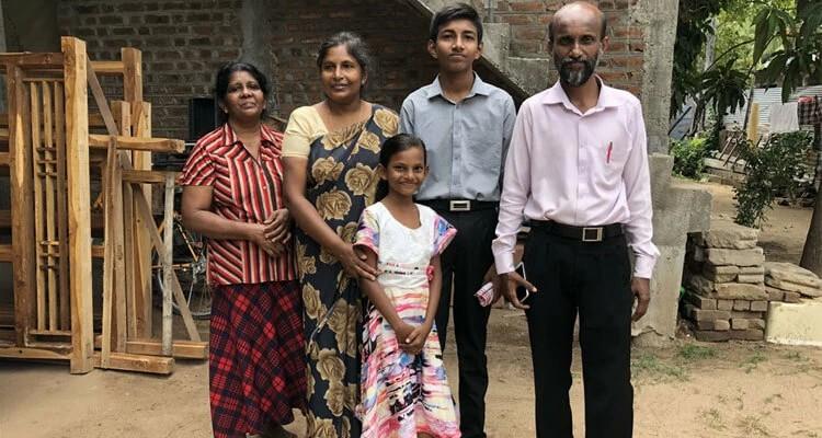 O pastor Kumaran perdeu o filho Malkiya, de 12 anos, no ataque à Igreja Sião, no Sri Lanka, na última Páscoa. Ele e a família receberam uma das caixas com presentes e cartões de encorajamento