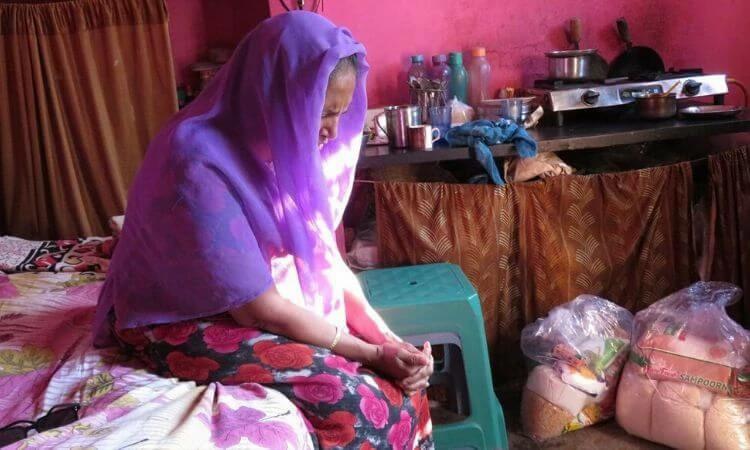 Cristã indiana recebe alimento e agradece a Deus pela provisão
