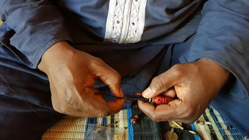Bouba trabalha como artesão de joias em Camarões, mas por ter se convertido, enfrenta dificuldades no mercado de trabalho